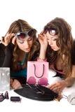 Deux jolies amies dans des lunettes de soleil Image libre de droits