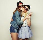 Deux jolies amies de l'adolescence Photographie stock libre de droits