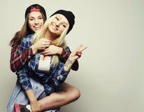 Deux jolies amies de l'adolescence Photos libres de droits
