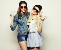 Deux jolies amies de l'adolescence Images stock