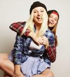 Deux jolies amies de l'adolescence Image libre de droits