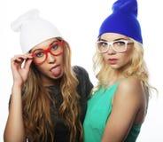 Deux jolies amies de l'adolescence souriant et ayant l'amusement Images libres de droits