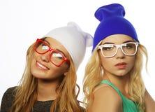Deux jolies amies de l'adolescence souriant et ayant l'amusement Photographie stock libre de droits