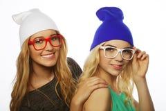 Deux jolies amies de l'adolescence souriant et ayant l'amusement Image stock