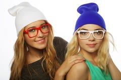 Deux jolies amies de l'adolescence souriant et ayant l'amusement Photos stock