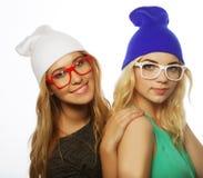 Deux jolies amies de l'adolescence souriant et ayant l'amusement Photos libres de droits