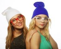 Deux jolies amies de l'adolescence souriant et ayant l'amusement Image libre de droits