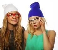 Deux jolies amies de l'adolescence souriant et ayant l'amusement Photographie stock