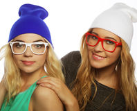 Deux jolies amies de l'adolescence souriant et ayant l'amusement Photo libre de droits