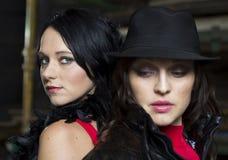 Deux jolies dames de Mafia de nouveau au dos Image libre de droits