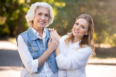 Deux jolies femmes de sourire se tenant en parc Image libre de droits