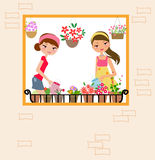 Deux jolies filles arrosant la fleur Photographie stock