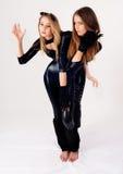Deux jolies filles dans des costumes de chat image stock