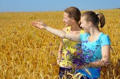 Deux jolies filles dans une excitation image libre de droits
