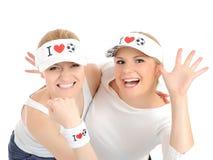 Deux jolies filles de passioné du football dans des chapeaux drôles Photo libre de droits