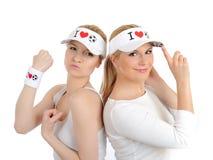 Deux jolies filles de passioné du football dans des chapeaux drôles Photographie stock