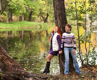 Deux jolies filles en parc d'automne Photo stock