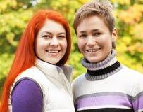 Deux jolies filles en parc d'automne Images libres de droits