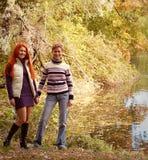 Deux jolies filles en parc d'automne Photographie stock