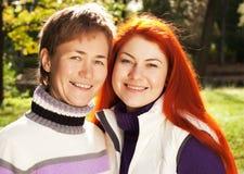 Deux jolies filles en parc d'automne Photo libre de droits