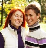 Deux jolies filles en parc d'automne Photos stock
