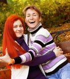 Deux jolies filles en parc d'automne Image stock