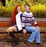 Deux jolies filles en parc d'automne Images stock