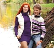 Deux jolies filles en parc d'automne Photos libres de droits