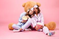 Deux jolies filles habillées dans des pyjamas Photographie stock libre de droits