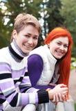 Deux jolies filles marchant en parc d'automne Image stock