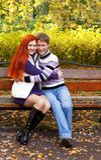 Deux jolies filles marchant en parc d'automne Photo stock
