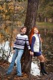 Deux jolies filles marchant en parc d'automne Image libre de droits