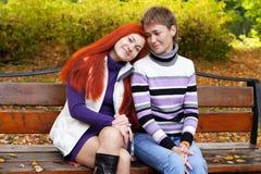 Deux jolies filles marchant en parc d'automne Photo libre de droits