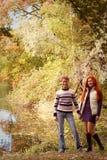Deux jolies filles marchant en parc d'automne Images stock