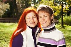 Deux jolies filles marchant en parc d'automne Photos libres de droits
