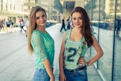 Deux jolies filles Meilleurs amis de They're Photo extérieure Photo libre de droits