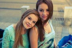 Deux jolies filles Meilleurs amis de They're Photo extérieure Photo stock