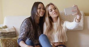 Deux jolies filles posant pour un selfie Images stock