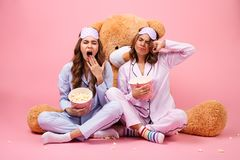 Deux jolies filles somnolentes habillées dans des pyjamas Photos libres de droits