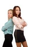 Deux jolies jeunes femmes de nouveau au dos photo stock