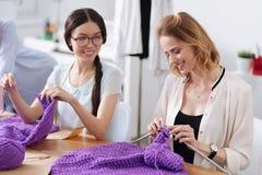 Deux jolis tailleurs ayant une vie sociale tout en tricotant Photographie stock