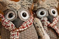 Deux jouets de peluche de hiboux avec les yeux foncés expressifs Images libres de droits