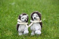 Deux jouets mignons de hérisson en parc Images libres de droits