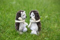 Deux jouets mignons de hérisson en parc Photo libre de droits