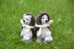 Deux jouets mignons de hérisson en parc Photographie stock libre de droits