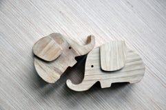 Deux jouets sous forme d'éléphants stylisés photographie stock libre de droits