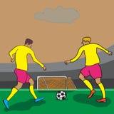 Deux joueurs attaquent le but sur le champ photo stock