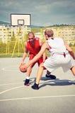 Deux joueurs de basket sur la cour Photographie stock libre de droits