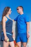 Deux joueurs de tennis avec la pose de raquettes de tennis face à face Images libres de droits