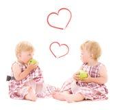 Deux jumeaux adorables au-dessus de blanc Photo stock